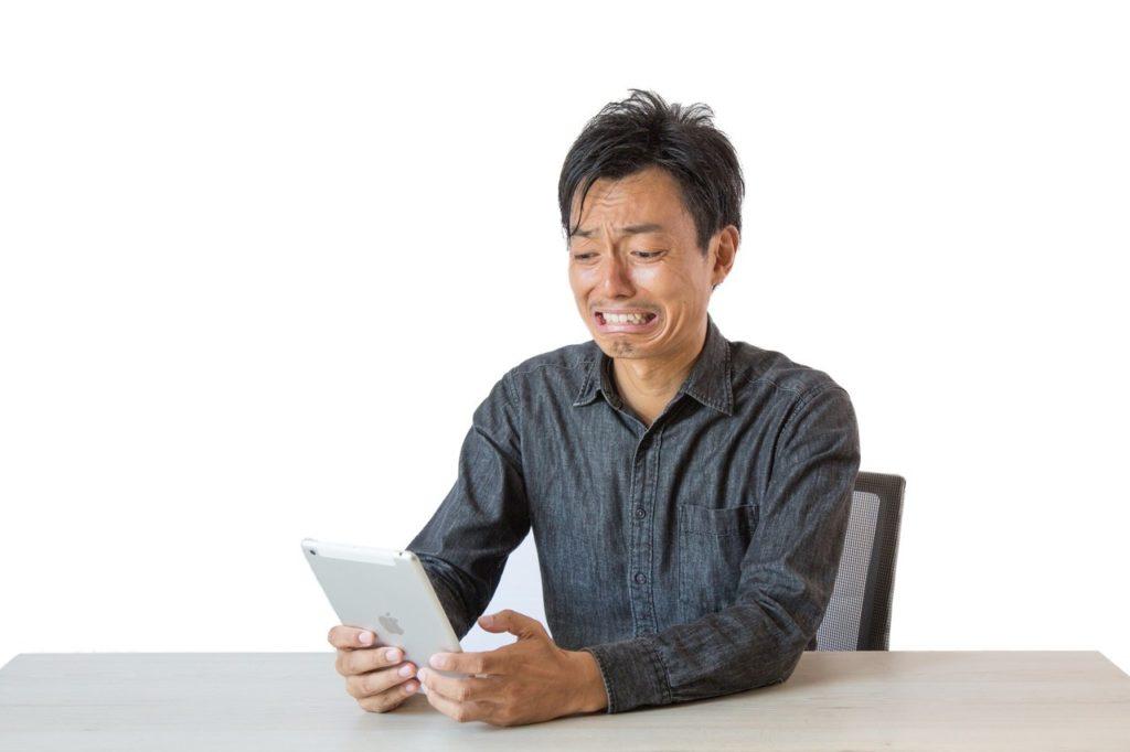 電子書籍を読む男性