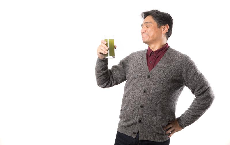 青汁を飲む中年男性